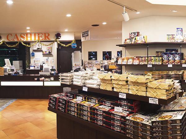飛騨のお土産やアルメリア限定商品も豊富な売店