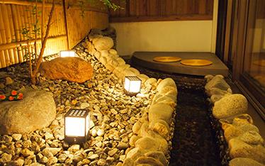 写真:足湯で湯遊び「茶寮」