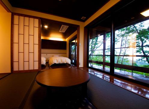 かえで--都会的なベッドルームとモダンな和室。風呂上りはバルコニーで涼む。