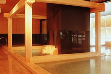 写真: 木造り大風呂